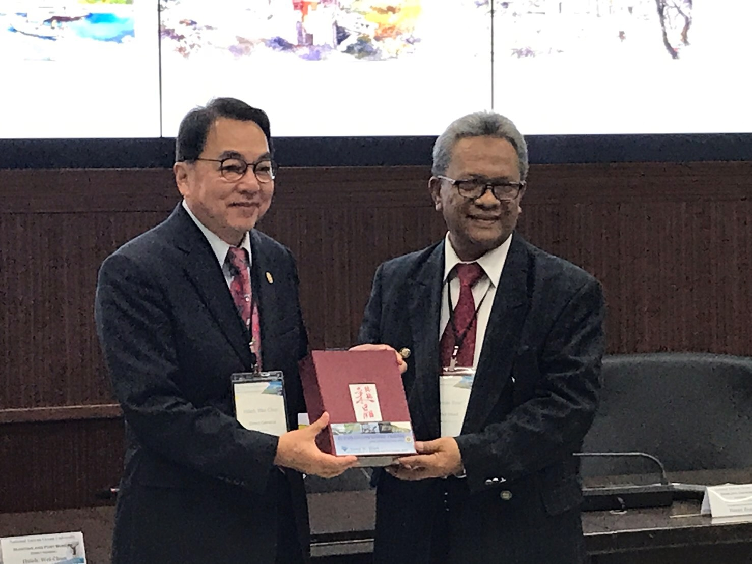 MPB Director-General David Hsieh and Deputy Director of the Joint Transportation Center of Sriwijaya University of Indonesia Mr. Basri presented each other with souvenirs.